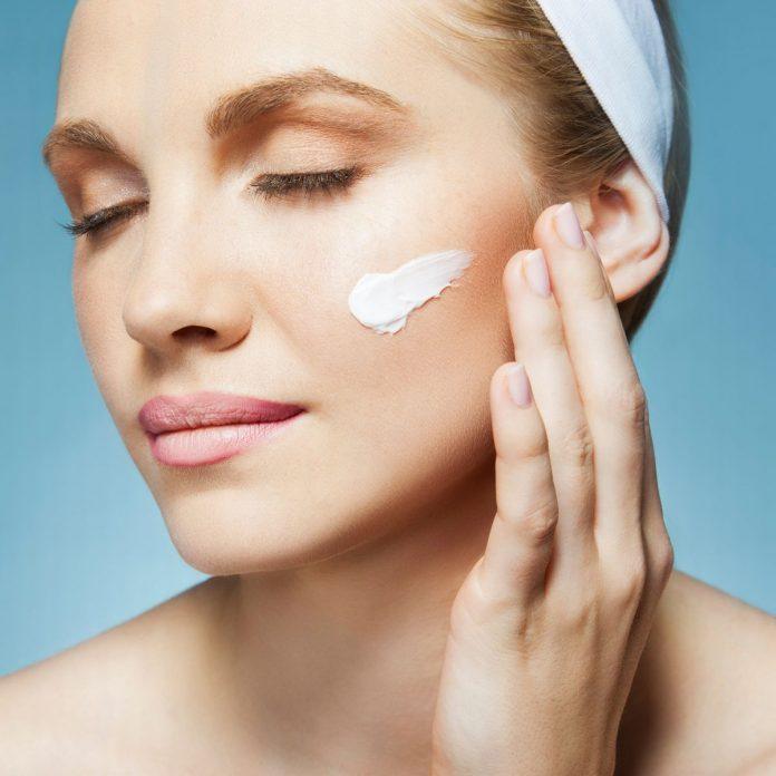 Soin quotidien de la peau pour éviter les signes de vieillissement